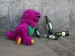 Barny es un dinosaurio que fuma marihuana y le pasa a tu hermana te regala una caguama